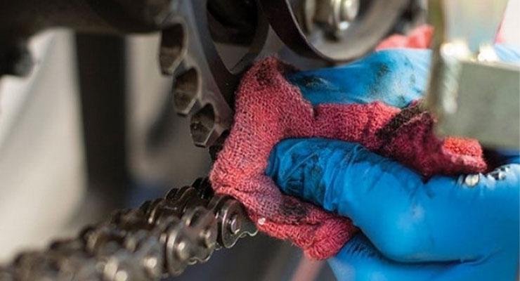 Sikat dan Bersihkan Rantai Motor