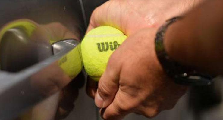 cara membuka pintu mobil yang terkunci dengan bola tenis