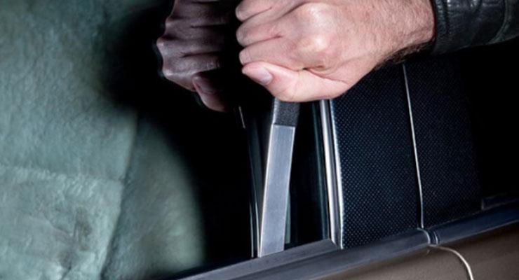 cara membuka pintu mobil yang terkunci dengan penggaris