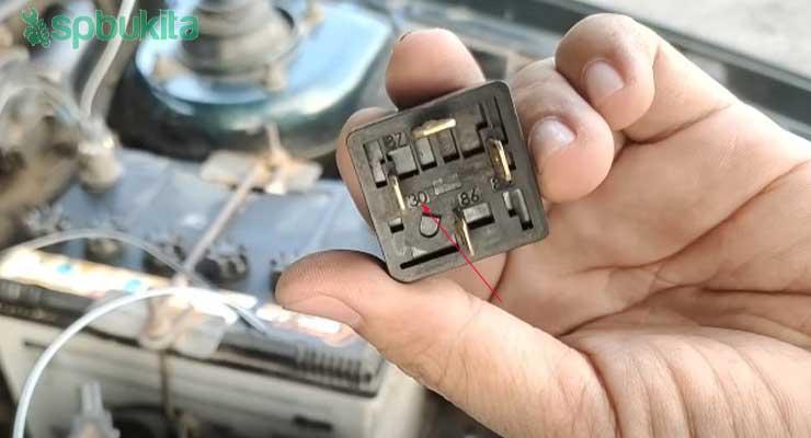 Hubungkan pin 30 relay dengan positif baterai