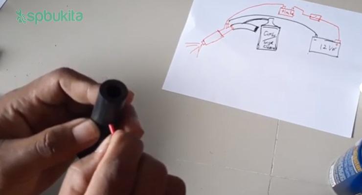 lubangi bagian tengah atau yang dekat dengan injektor
